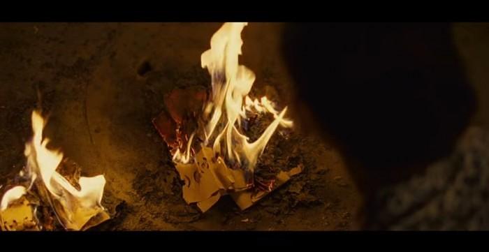 札銭を燃やすシーン